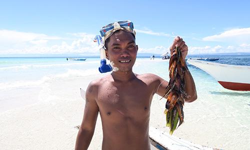 魚を持った男の人