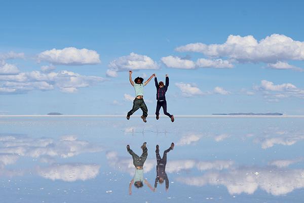 ウユニ塩湖でジャンプしている平田 大輔と平田 真弓