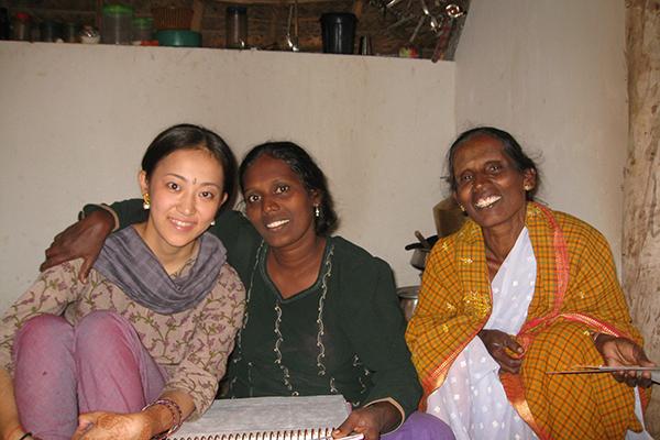 インド人女性2人と平田 真弓