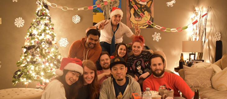 カナダ人と日本人がクリスマスを祝っている
