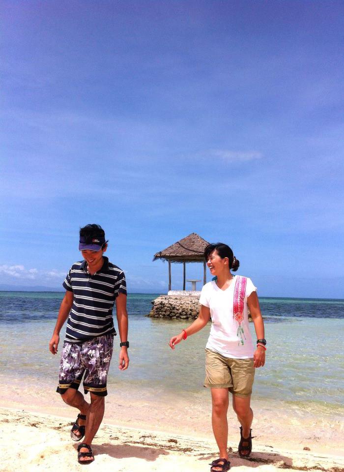 オーナー夫婦が海を歩いている写真